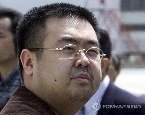 2001년 5월 4일 일본 나리타 공항에 모습을 드러낸 김정남의 모습(연합뉴스)
