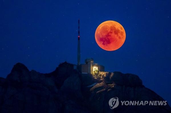 21세기 최장 개기월식...핏빛 '블러드문' 우주쇼 - 펜앤드마이크